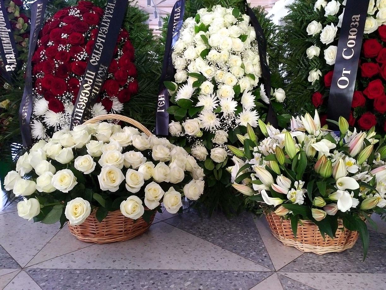 Цветы, букет живых цветов с могилы